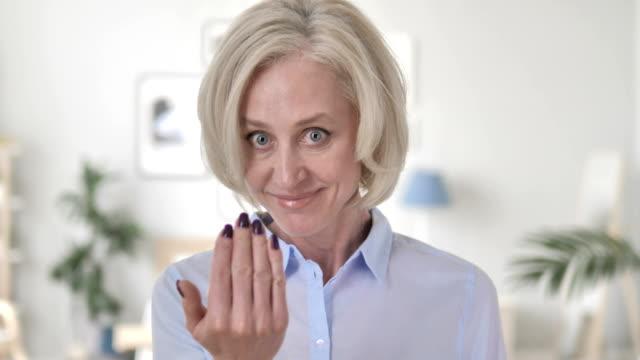 vidéos et rushes de geste invitant par la femme aînée - tentation