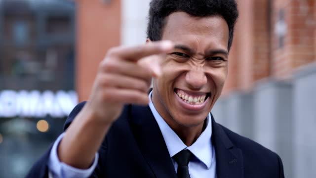 vídeos de stock, filmes e b-roll de gesto convidativo pelo jovem empresário africano - tentação