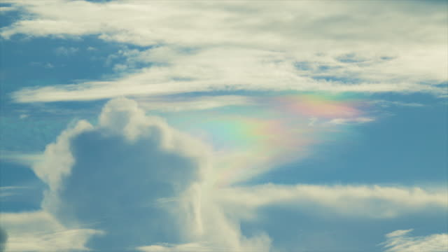 t/l チェンマイ タイで虹色の雲 - 玉虫色点の映像素材/bロール