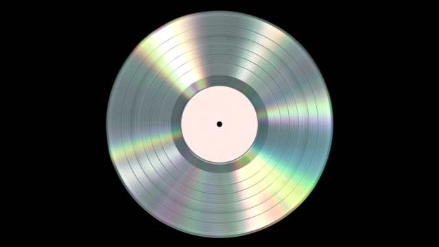 iridescente disco realistico in vinile platino su sfondo nero con canale alpha. looped senza soluzione di continuità. 4k. - disco audio analogico video stock e b–roll
