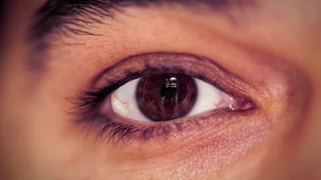 vídeos de stock e filmes b-roll de robô íris digitalização - going inside eye
