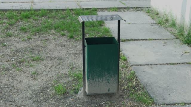 vídeos de stock e filmes b-roll de iron green urn on the street - lata comida gato