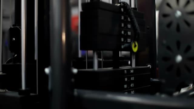 vídeos de stock e filmes b-roll de iron heavy weight plates in the sports simulator in fitness gym. - aparelho de musculação
