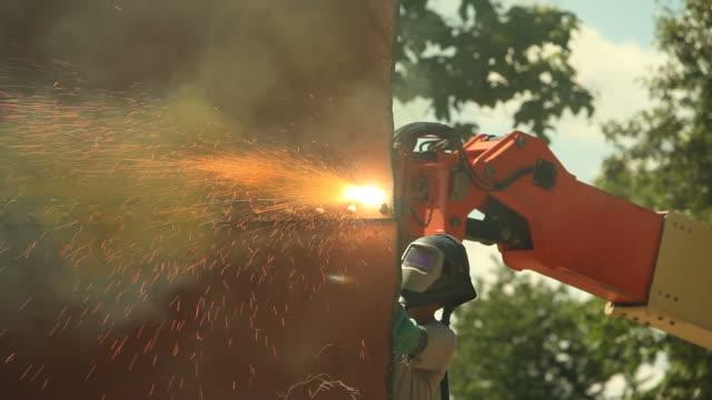 Iron Arbeiter mit Plasmaschneider mit Giftmüll Gelber Rauch – Video