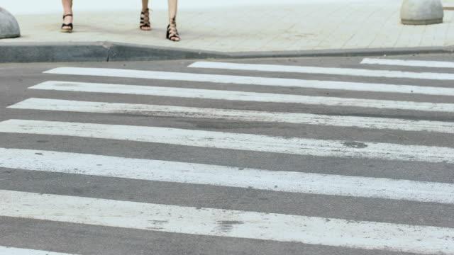 vídeos y material grabado en eventos de stock de irresponsable conductor atropellado chicas en paso de peatones, infracción de tránsito - stop sign