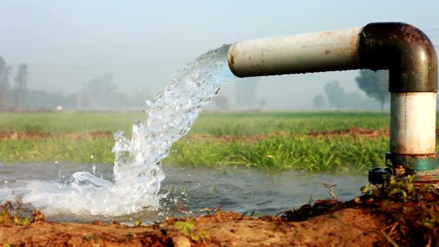 bewässerung rohr und fließendes wasser - bewässerungsanlage stock-videos und b-roll-filmmaterial