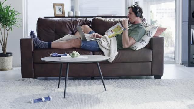 vídeos de stock, filmes e b-roll de o confinamento está te deixando preguiçoso? - alimentação não saudável