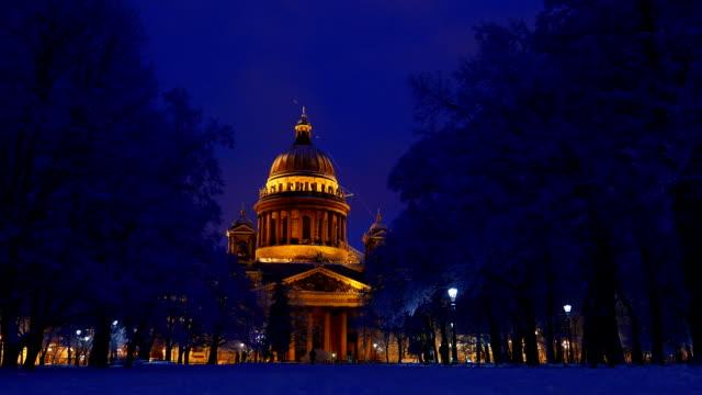 isaakievskiy sobor på vinternatt, ljusa varm belysning, blåaktig kalla utsikt - isakskatedralen bildbanksvideor och videomaterial från bakom kulisserna