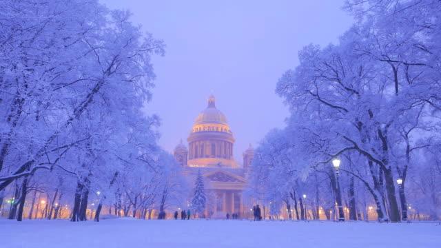 isaakievskiy sobor i intensivt kall vinterkväll, tidsinställd - isakskatedralen bildbanksvideor och videomaterial från bakom kulisserna