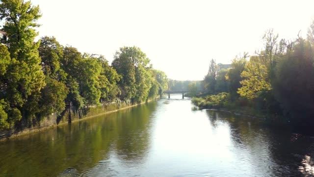 ドイツ、ミュンヘンの ludwigsbridge からイザール川 - 造園点の映像素材/bロール