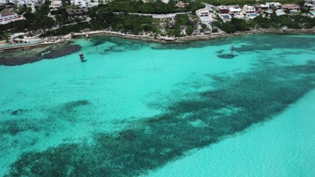 isla mujeres aerial view - естественное условие стоковые видео и кадры b-roll