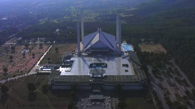 4kイスラマバードビデオ、シャーファイサルモスクはイスラマバード、パキスタンのマスジドです。マルガッラヒルズのふもとに位置しています。イスラム建築の最大のモスクデザイン、モ� - 記念建造物点の映像素材/bロール