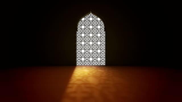 islamisk interiör moské fönster eller dörr med stråle av ray ljus som kommer in. ramadan kareem islamisk rörelse bakgrund. 3d-animering. - ramadan bildbanksvideor och videomaterial från bakom kulisserna