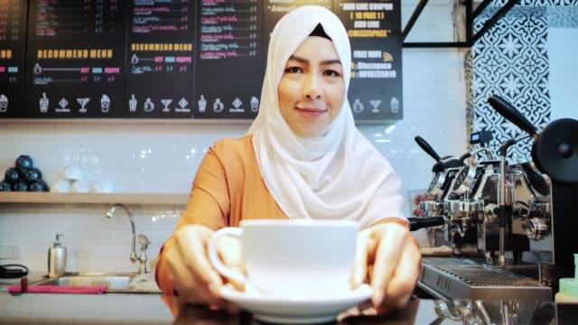 donna islamica proprietaria di piccole imprese. concetto di imprenditore musulmano. gioventù araba - cultura del medio oriente video stock e b–roll