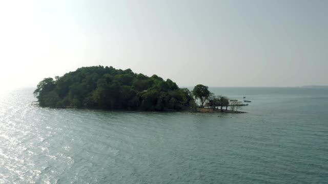 vidéos et rushes de ile dans le golfe de thaïlande au cambodge fullhd drone vol - mer d'andaman
