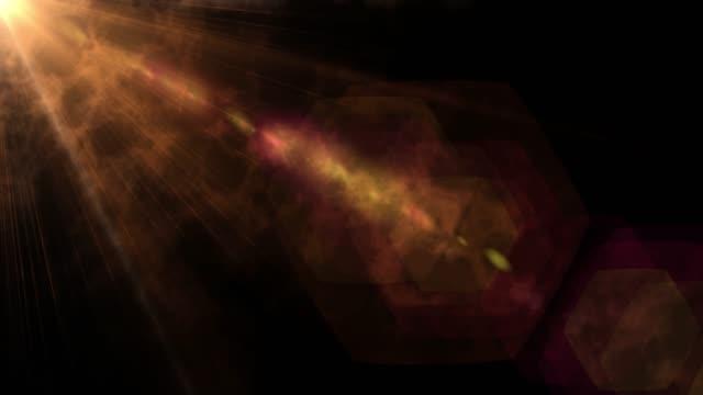 animazione isolata dei raggi di luce. effetto sole o sole sullo schermo nero con bokeh. polvere, effetto lente sporca, glitter, lucido, luminoso, - riflesso video stock e b–roll
