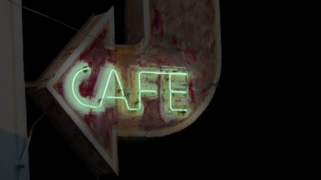 vídeos de stock e filmes b-roll de isolated looping neon cafe sign - berma da estrada