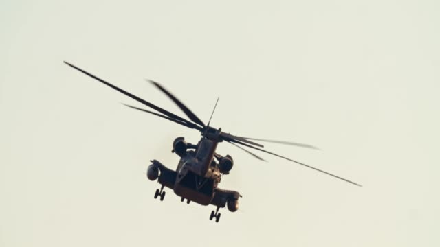 vídeos y material grabado en eventos de stock de helicóptero ch-53 de la fuerza aérea israelí durante una misión de rescate en una base - air force
