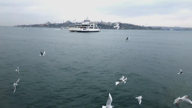 vídeos y material grabado en eventos de stock de lenta de ferry istanbul - distrito eminonu