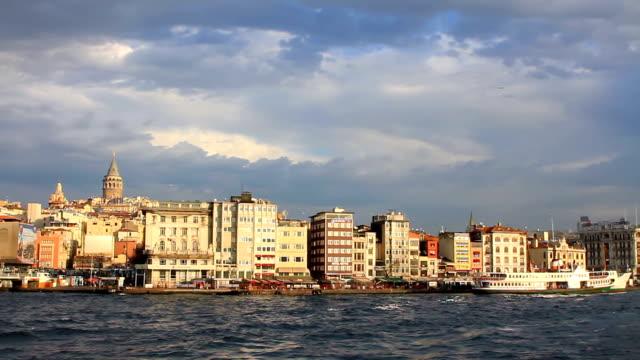 vídeos de stock, filmes e b-roll de istambul harbor, karakoy porto - vinho do porto