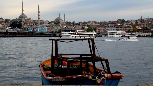 vídeos y material grabado en eventos de stock de paisaje de estambul, pequeño barco mar, mezquita y puente de gálata - distrito eminonu
