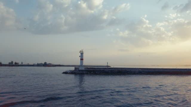 istanbul på marmarasjön med dramatiska himmel på solnedgång - turistbåt bildbanksvideor och videomaterial från bakom kulisserna