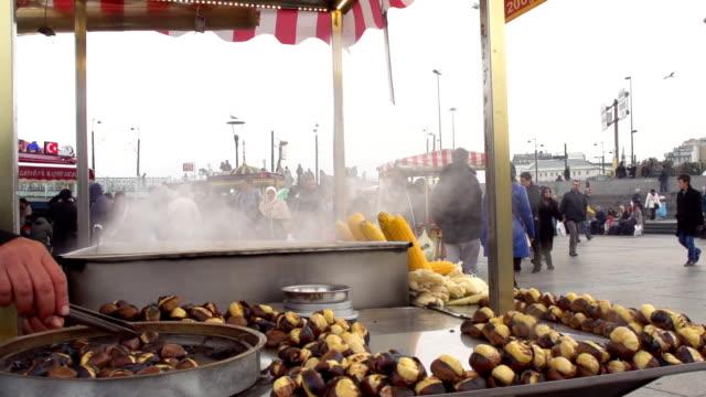 istanbul arrosto castagne mercante - marrone video stock e b–roll