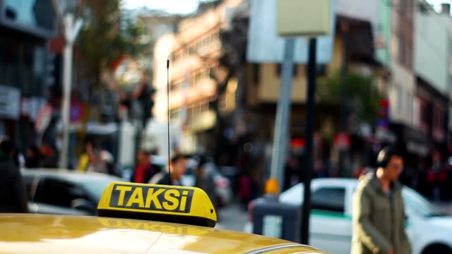 istanbul taxi cab with defocused people at the background - cultura turca video stock e b–roll
