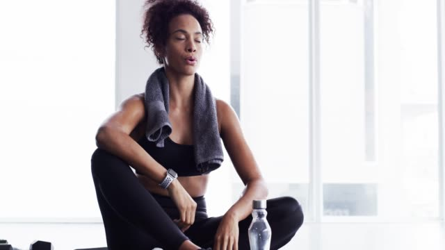 allt handlar om att disciplinera - black woman towel workout bildbanksvideor och videomaterial från bakom kulisserna