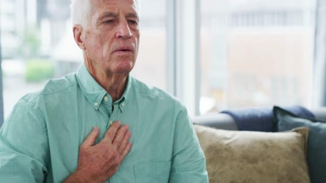 vídeos de stock e filmes b-roll de it could happen anywhere, anytime - ataque cardíaco