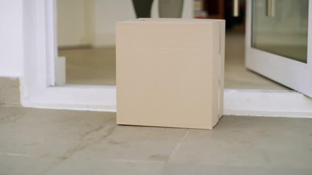 vídeos de stock e filmes b-roll de it got to her doorstep right on time - cardboard box