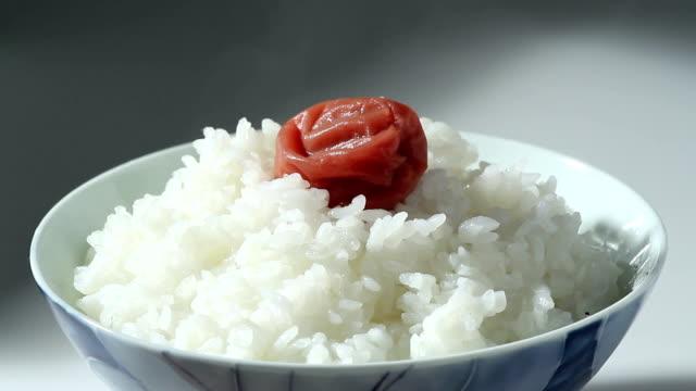 これは、梅のピクルス、温かなご飯。 - 稲点の映像素材/bロール