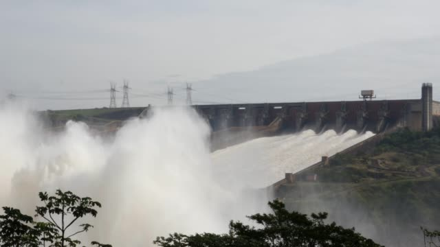 itaipu dam, parana, brazil, paraguay - парагвай стоковые видео и кадры b-roll