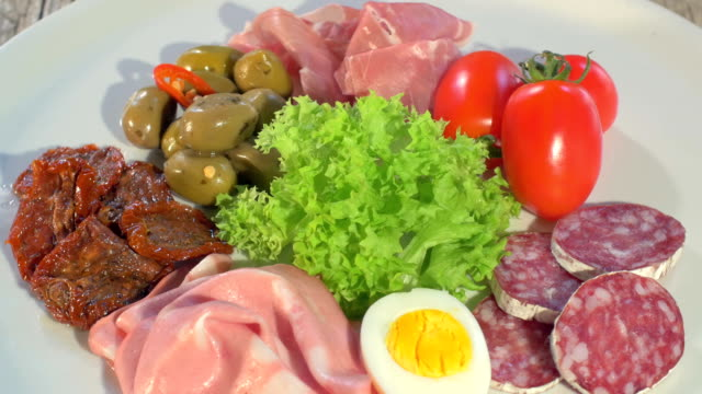 rotante piatto di carne essiccata italiana - mortadella video stock e b–roll