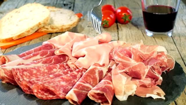 vassoio di carne essiccata italiano - mortadella video stock e b–roll