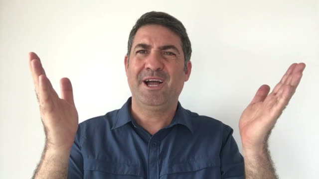 Italian man demonstrate I do not know sign of Italian hand gestures video