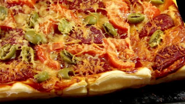 stockvideo's en b-roll-footage met italiaanse pizza - dikke pizza close up
