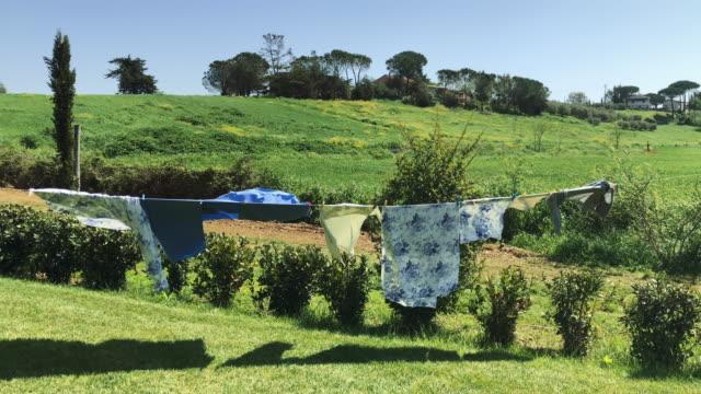 イタリアの農村シーン:トスカーナ州にぶら下がっている服 - 吊るす点の映像素材/bロール