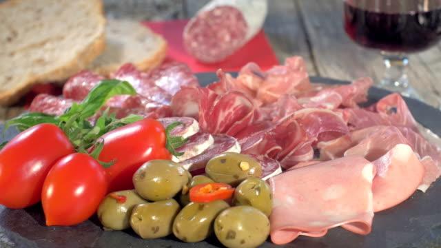 italiana con salame sul tagliere di legno - mortadella video stock e b–roll