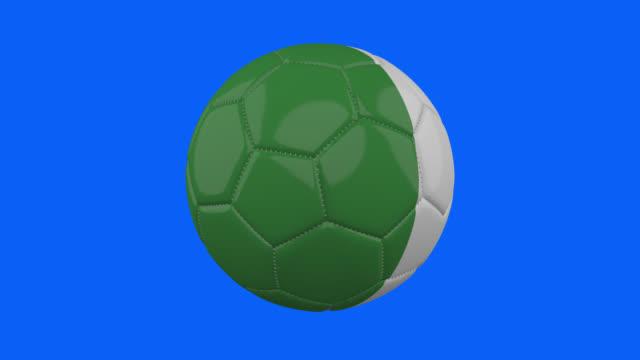 vídeos de stock, filmes e b-roll de bandeira da itália na bola gira em fundo alfa azul transparente, loop - futebol internacional