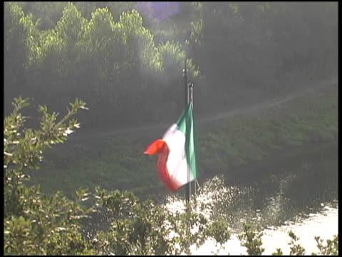 italien flagge über der toskana river - kürzer als 10 sekunden stock-videos und b-roll-filmmaterial