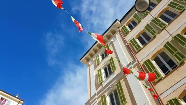 stockvideo's en b-roll-footage met italië vlaggen zwaaien - raam bezoek