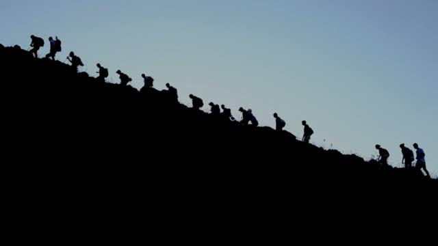 italia, sicilia, italia, sicilia viaggi, escursioni, gente arrampicata vulcano stromboli - inerpicarsi video stock e b–roll