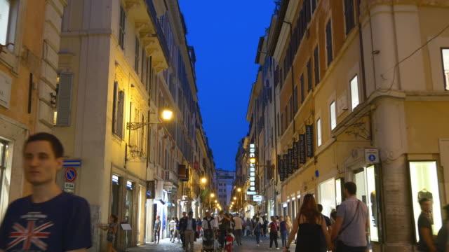 italia illuminazione notturna roma città turistica a piedi strada panorama 4k - rome road central view video stock e b–roll
