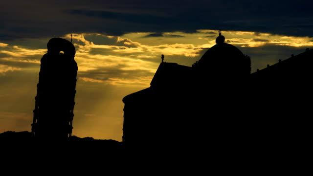 italia torre pendente di pisa, tramonto nuvoloso - pisa video stock e b–roll
