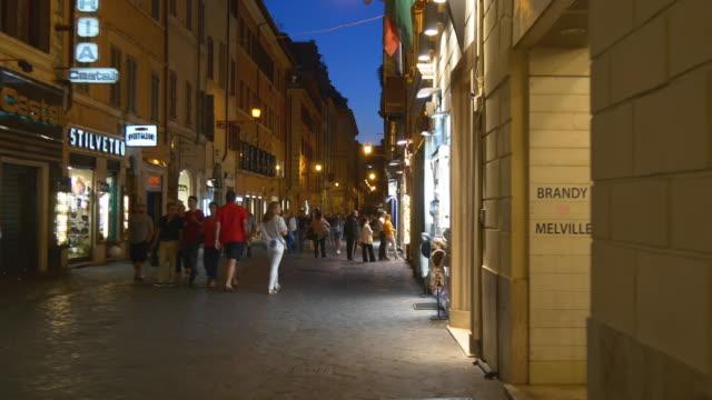 italia roma città famosa notte a piedi strada panorama 4k - rome road central view video stock e b–roll