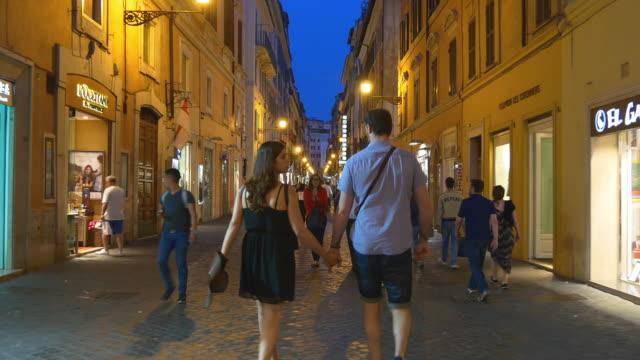 italien rom city natt belysning walking street panorama 4k - walking home sunset street bildbanksvideor och videomaterial från bakom kulisserna