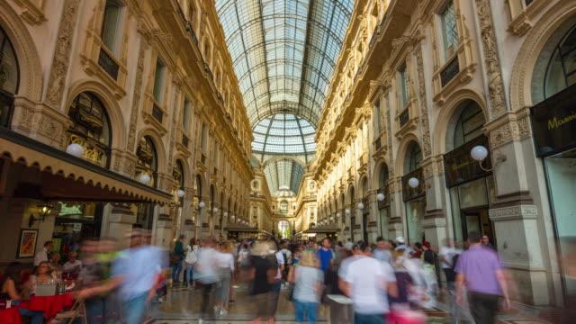 Italie l'été jour milan célèbre galleria vittorio emanuele bondé panorama 4k time-lapse - Vidéo