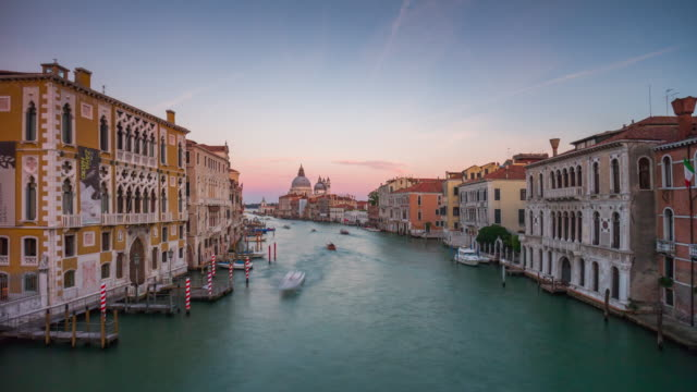italy sunset famous venice city grand canal santa maria della salute panorama 4k time lapse - canale video stock e b–roll