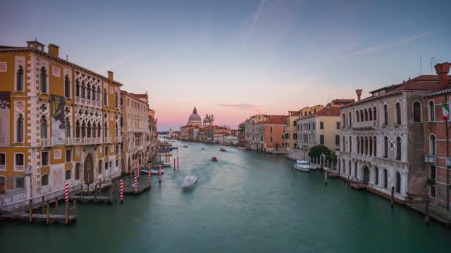 vídeos y material grabado en eventos de stock de italia puesta del sol famosa venecia ciudad gran canal santa maria della panorama de saludo 4k lapso de tiempo - estrecho